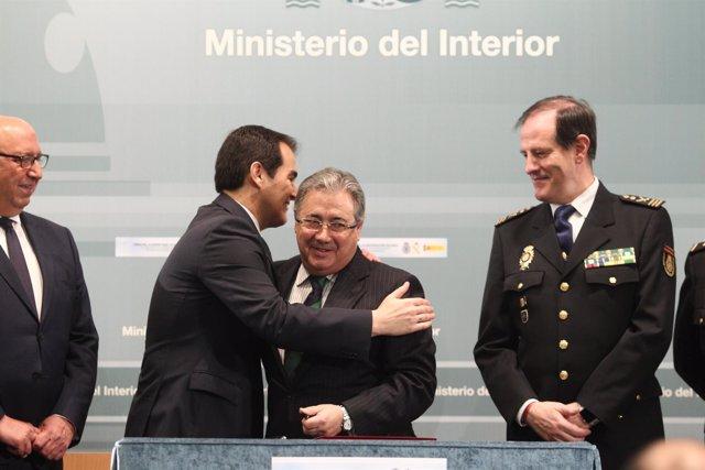 Juan Ignacio Zoido en la firma del acuerdo sobre equiparación salarial