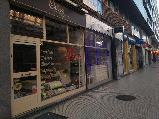 Pequeños comercios en Oviedo (Archivo)