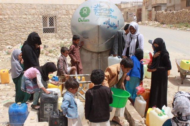 Personas recogen agua en un proyecto de Oxfam en Yemen