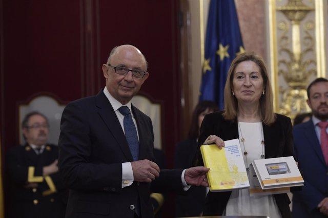 Cristóbal Montoro entrega los Presupuestos de 2018 a Ana Pastor