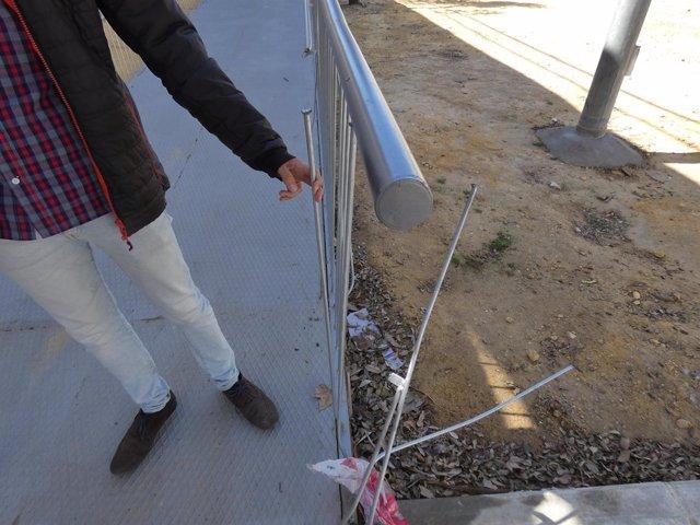 Daniel González Rojas muestar desperfectos de la pasarela de Torneo