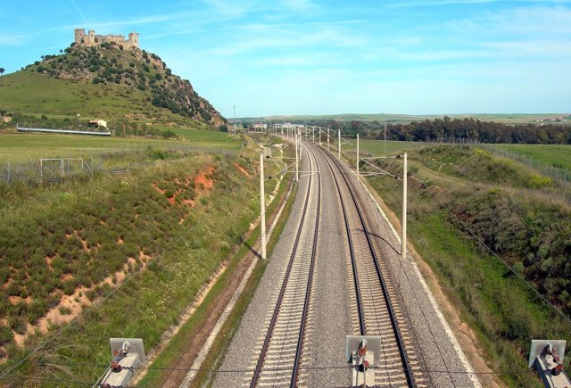 Las vías del AVE en Almodóvar, donde ADIF prevé invertir 12,4 millones
