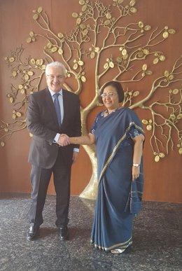El secretario de Estado de Exteriores, Ildefonso Castro, con su homóloga india