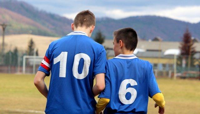 Niños juegan al fútbol