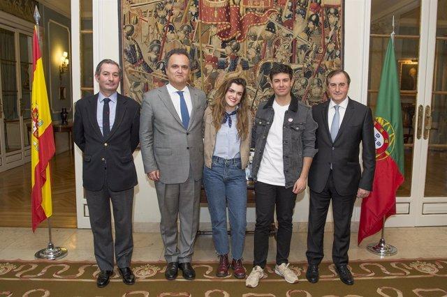 Amaia y Alfred posan junto al embajador portugués en España