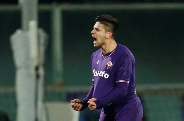 Giovanni Simeone celebra un gol con la Fiorentina