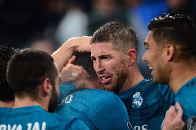 Sergio Ramos se abraza a sus compañeros