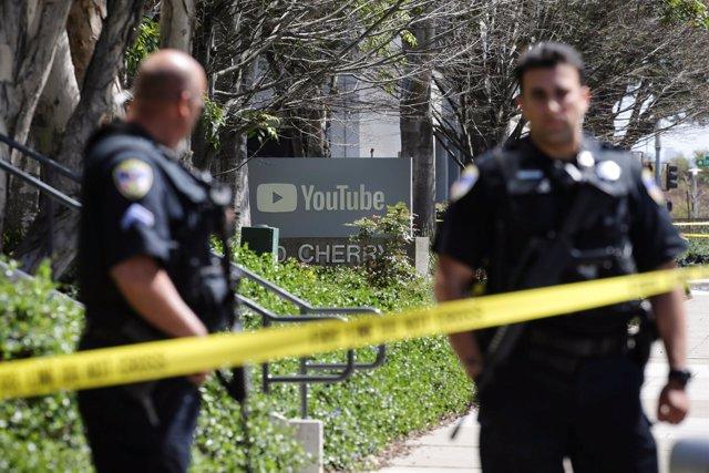Policía en los alrededores de las oficias de Youtube tras el tiroteo