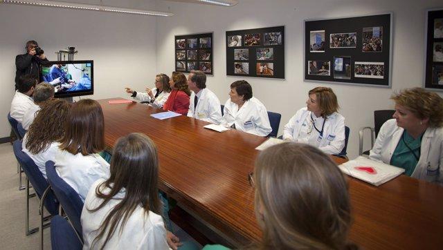 El equipo médico explica a la consejera la intervención