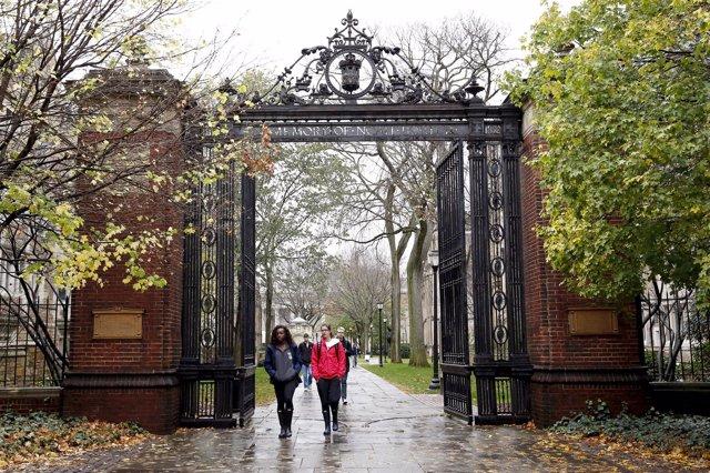 Foto de archivo de la entrada al campus de la Universidad de Yale.
