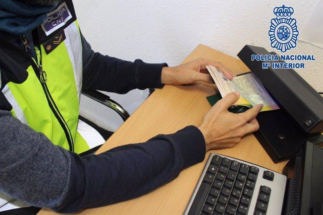 Un agente comprueba la veracidad de documentación identificativa