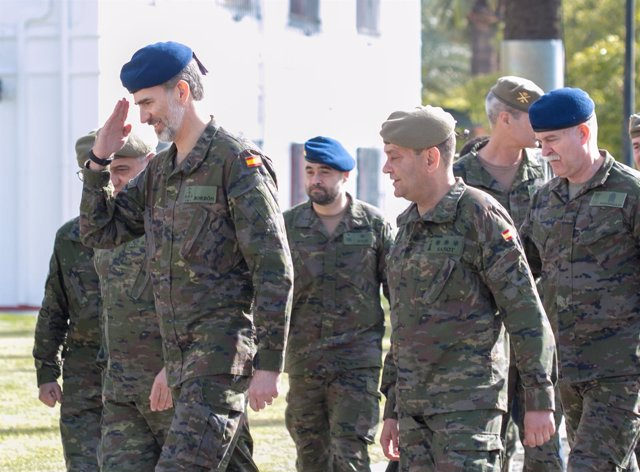 El rey Felipe, en su visita este miércoles a la base de El Copero, en Sevilla