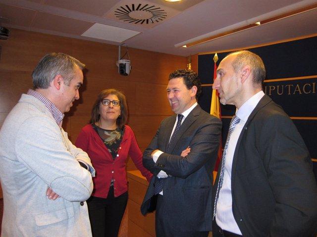 El alcalde de Illueca y el organizador de la muestra, junto a diputados del PP