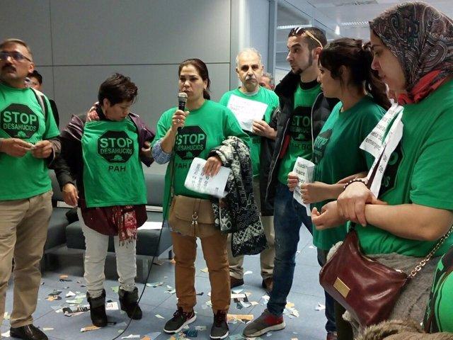La PAH de Barcelona ocupan la oficina de vivienda de la calle Bolívia