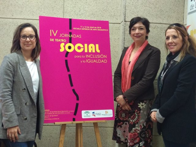 Guijarro (izda.) presenta las jornadas de teatro social