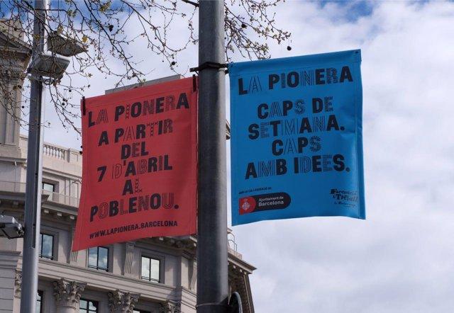 Carteles promocionales del 'market' La Pionera, en el Poblenou