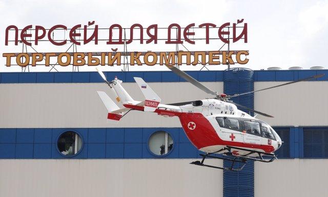 Un helicóptero de Emergencias acude al centro comercial incendiado