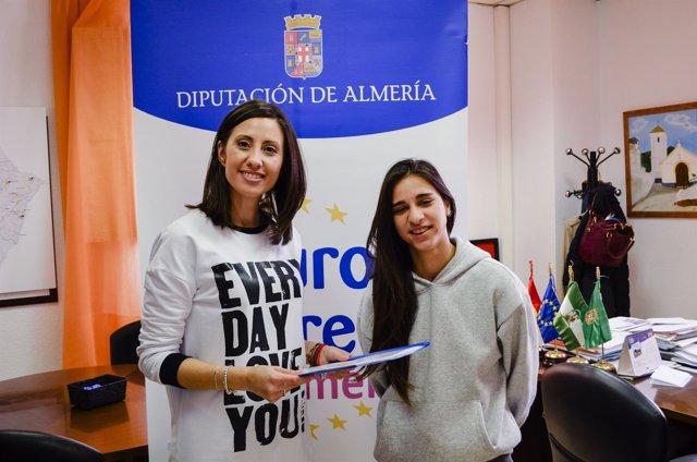 La diputada Carmen Belén López, junto a la voluntaria europea Oana Cervantes.
