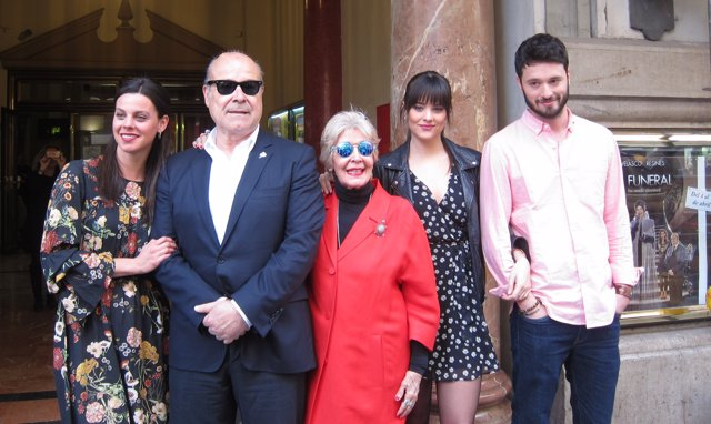 Antonio Resines y Concha Velasco junto a los otros actores de 'El Funeral'