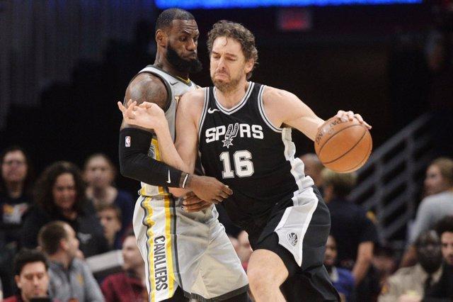 Pau Gasol (Spurs) y LeBron James (Cavaliers)
