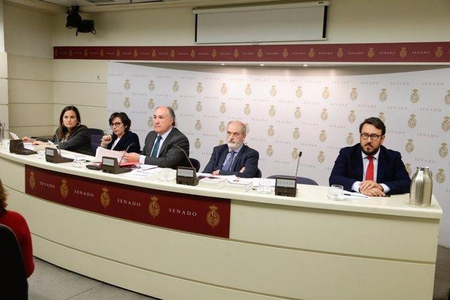 Mesa de la Comisión de Exteriores del Senado