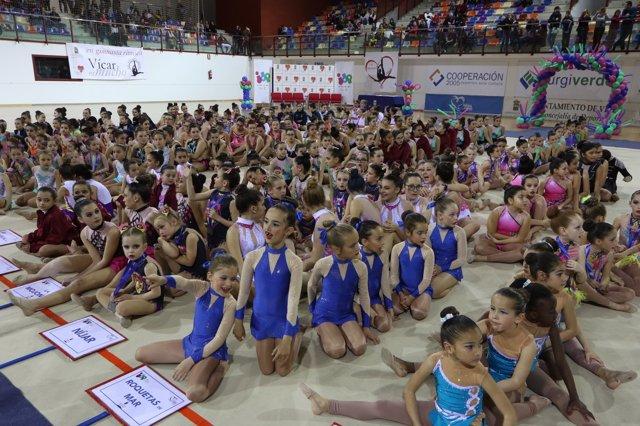 Más de un millar de deportistas disfrutan de la gimnasia rítmica en Vícar.