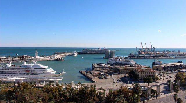 Vista general panorámica puerto de málaga crucero barco buque contenedores grúa