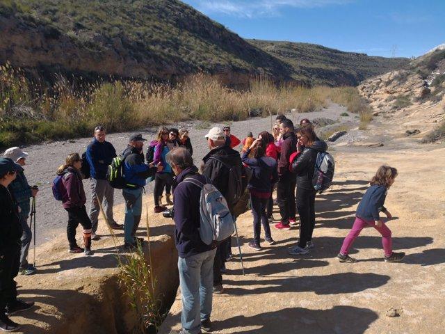 Senderistas participan en una de las rutas del programa 'Geoparque en Invierno'