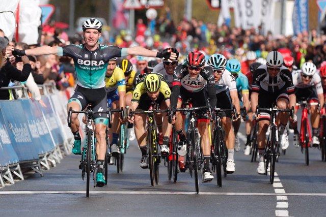 Jay McCarthy (Bora-Hansgrohe) gana al sprint en el País Vasco