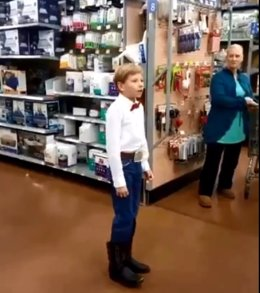 Niño cantando country en un Wallmart en Estados Unidos