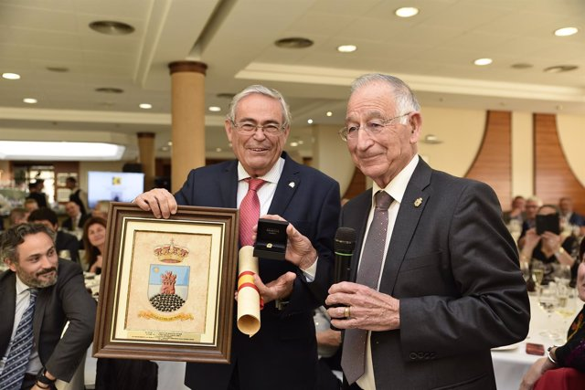Gabriel Amat ha impuesto el Escudo de Oro de la provincia a Andrés García Lorca.