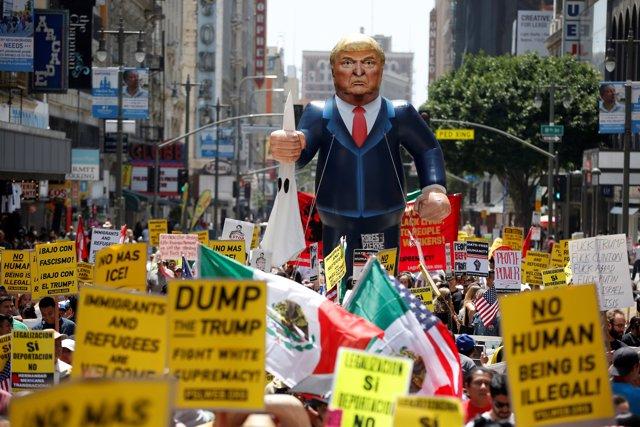 Pancartas contra Trump en una protesta de inmigrantes en Los Angeles
