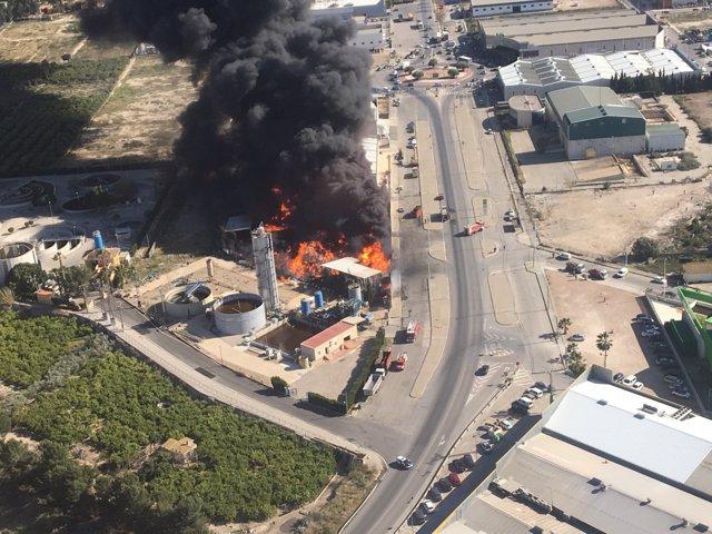 Incendio en una empresa de reciclaje de residuos en Santomera