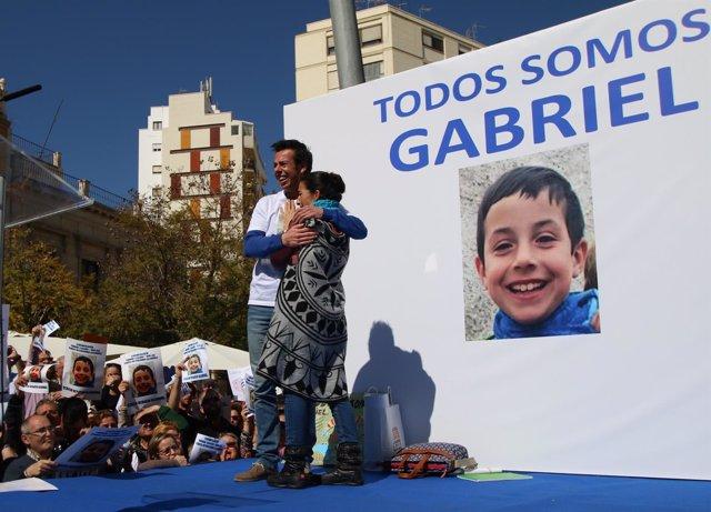 Los padres de Gabriel se abrazan emocionados ante el cariño de miles de personas