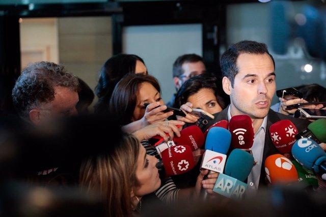 Ignacio Aguado atiende a los medios de comunicación en la Asamblea de Madrid
