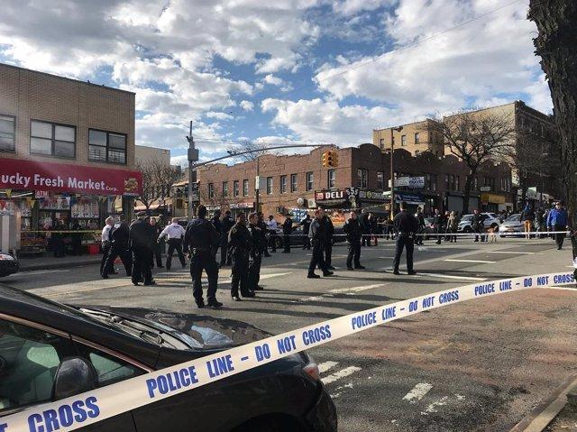 Policías de Nueva York detrás de un cordón policial donde murió un hombre negro