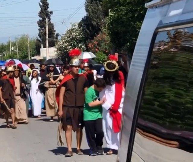 Niño con Síndrome de Down se cuela en un Viacrucis en México