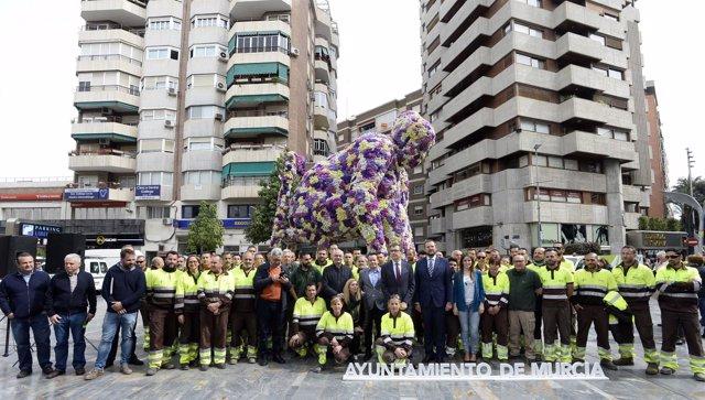 José Ballesta inaugura los Jardines de Primavera con monumento Campillo