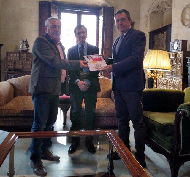 Entrega al alcalde de Sevilla de proyectos de Iniciativa Sevilla 2019-2022