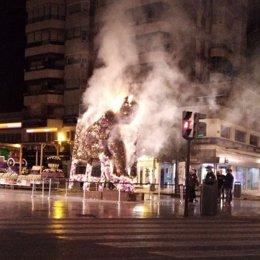 Imagen de la escultura floral en homenaje a Antonio Campillo, en llamas