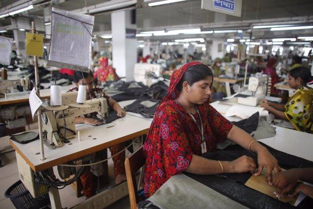 Foto de archivo de una trabajadora de la industria textil bangladesí.