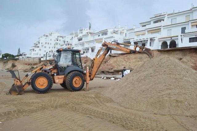 Trabajos en las playas de Punta Umbría por el temporal.