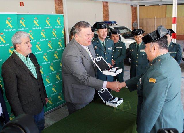 El delegado del gobierno entrega los equipos digitales