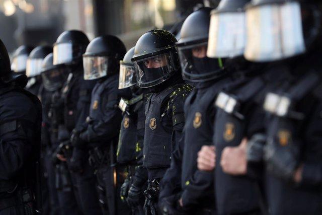 Agentes de los Mossos durante una protesta en Barcelona