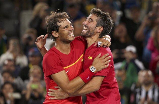 Rafa Nadal y Marc López en la Copa Davis