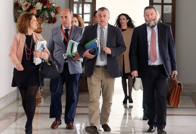 El consejero de Empleo de Andalucía, Javier Carnero, a la entrada de la comisión