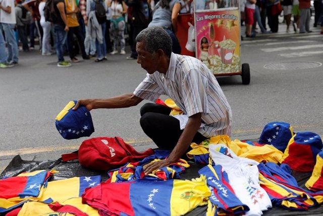 Un vendedor ambulante con banderas de Venezuela
