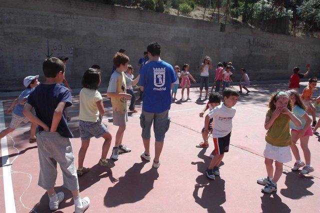 Niños juegan al fútbol en un colegio de Madrid