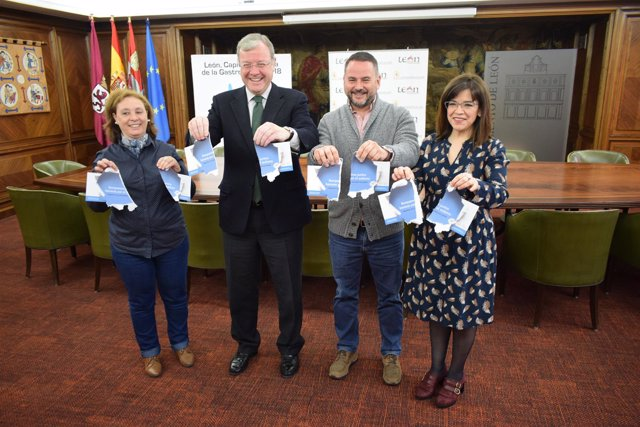 Miembros del Ayuntamiento y de Autismo León .
