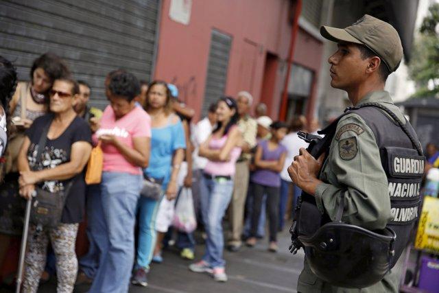 Venezolanos haciendo cola